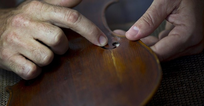 Cuba violinmakers battle instrument shortage
