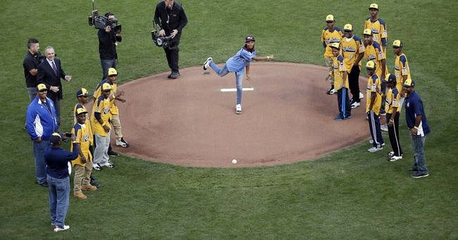 Mo'ne Davis throws out 1st pitch at World Series