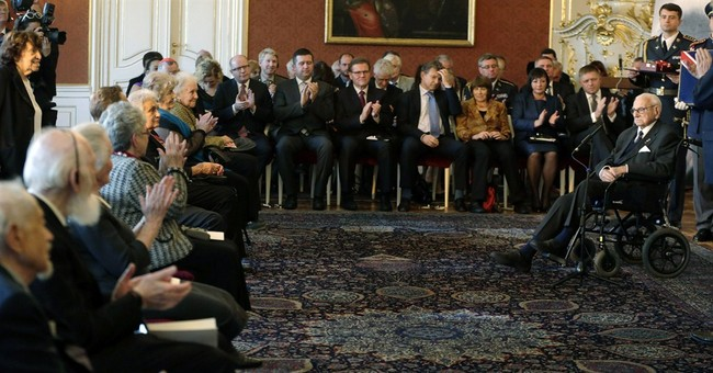 Czechs honor Winton for trains evacuating children