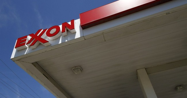 Exxon, Chevron shrug off effect of low oil prices