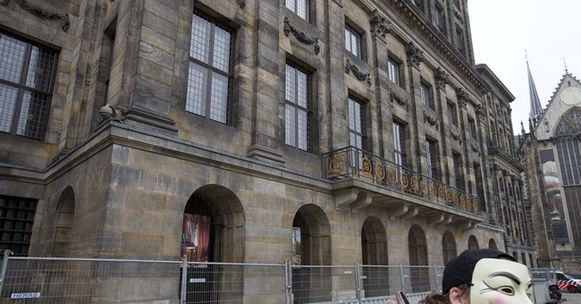Dutch to public: Don't pee on the royal palace