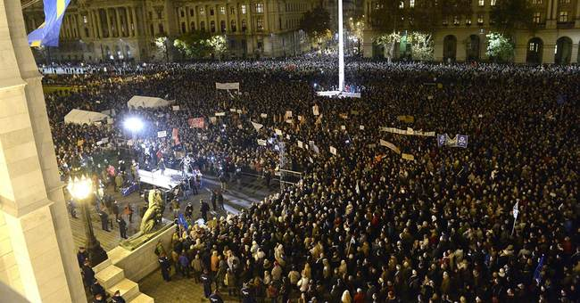 Over 10,000 Hungarians in anti-corruption protest