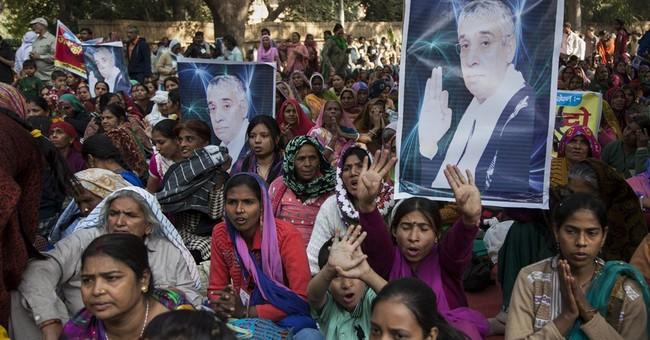 Police arrest guru ending India standoff