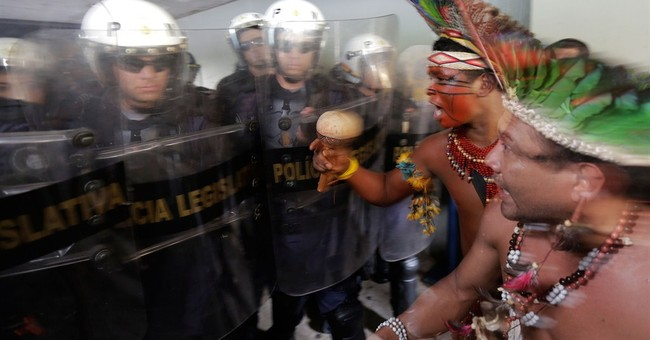 Brazil Indians clash with police outside Congress