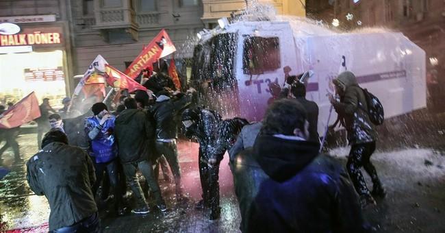 Turks clash with police over Internet legislation