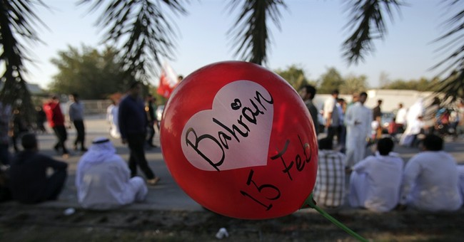 Bahrainis protest, wounded police officer dies