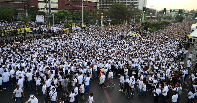 Huge Filipino charity walk breaks Guinness records