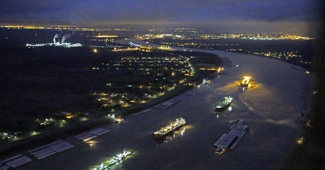 Oil closes New Orleans port, part of Miss. river