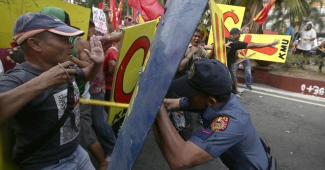 Anti-Obama protesters in Manila clash with police
