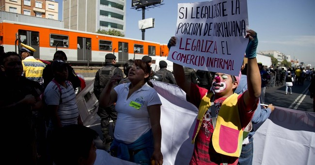 Evicted vendors make noise at Mexico city hall
