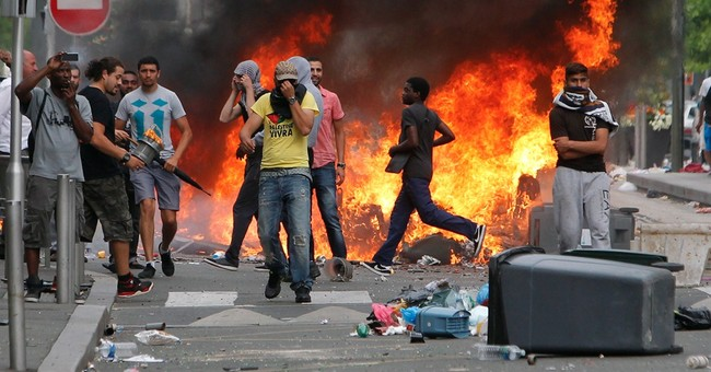 gas the jews anti semitic protesters loot shops burn cars in france 39 s 39 little jerusalem 39. Black Bedroom Furniture Sets. Home Design Ideas