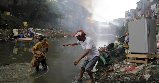 Huge fire razes Philippine shanties, killing 3
