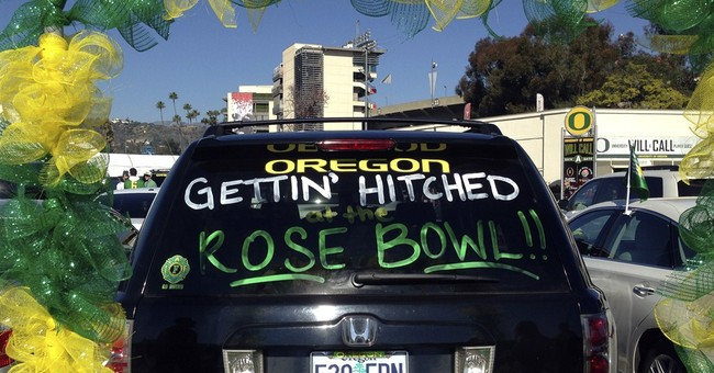 Oregon fans marry in Rose Bowl parking lot