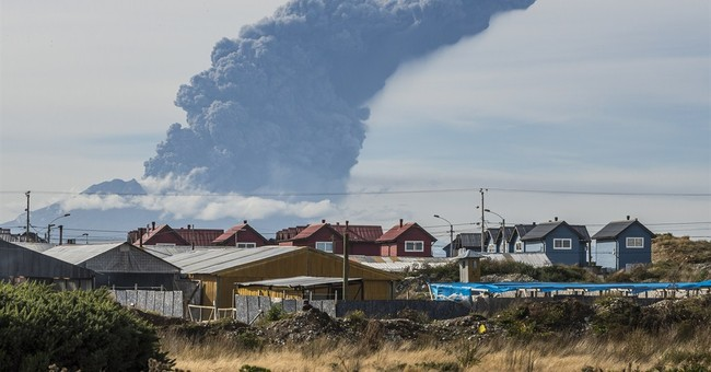 Chile's Calbuco volcano sends out new blasts of ash