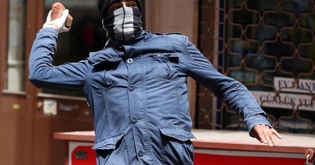 Turkish May Day protesters clash with police in Istanbul