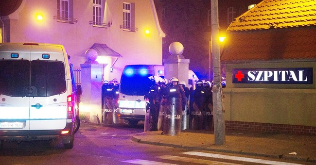 1 man dead, 14 police hurt in football rioting in Poland