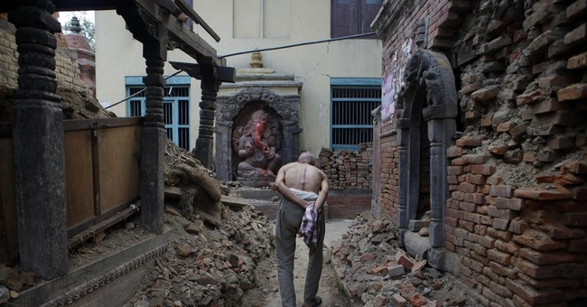Thousands of Nepalese pray for earthquake victims