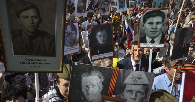 300,000 march through Moscow with portraits of WWII veterans