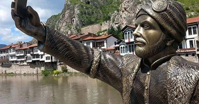 Vandals attack selfie-taking Ottoman prince statue