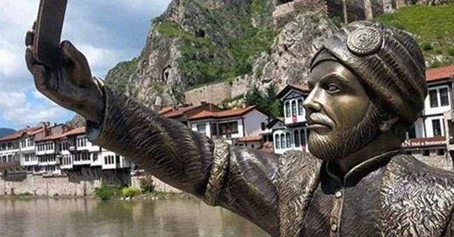 Vandals attack selfie-taking Ottoman prince statue
