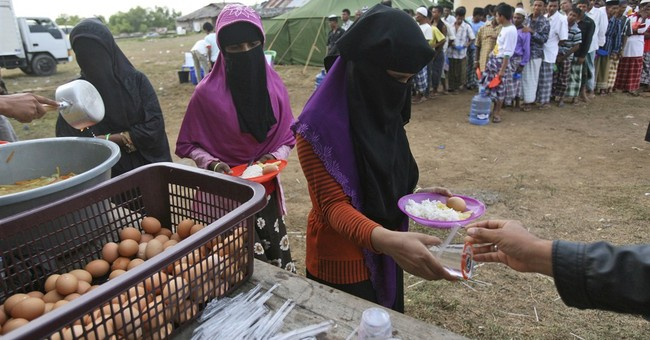 1,000 survivors of violence, hunger at sea land in SE Asia