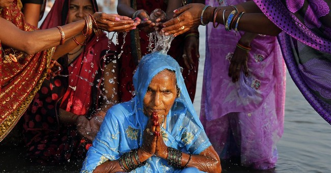 Image of Asia: A holy dip in the Ganges on auspicious day