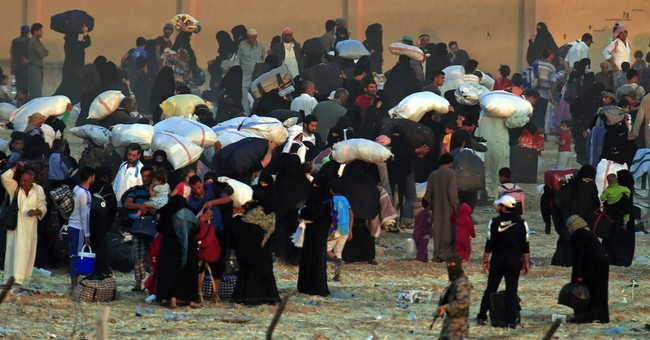 Syrian Kurds nearing IS border stronghold, thousands flee