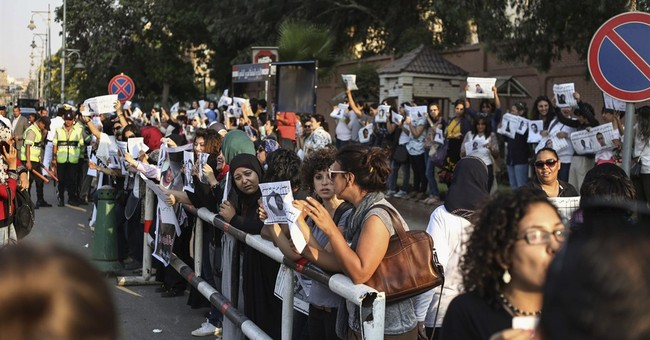 Women protest detentions outside Egypt's presidential palace
