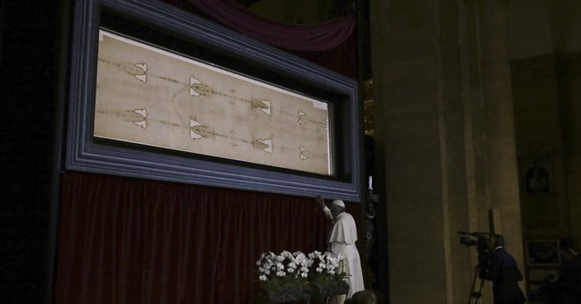 Pope pauses in silent prayer before Shroud of Turin