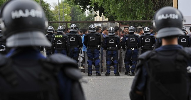 Police use tear gas to stop fighting at Hungary refugee camp