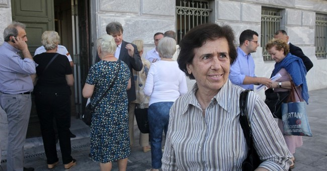 Pension pinch: Elderly Greeks stand on line to get cash