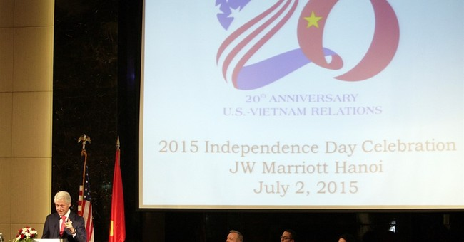Bill Clinton visits Vietnam to mark 20th anniversary of ties