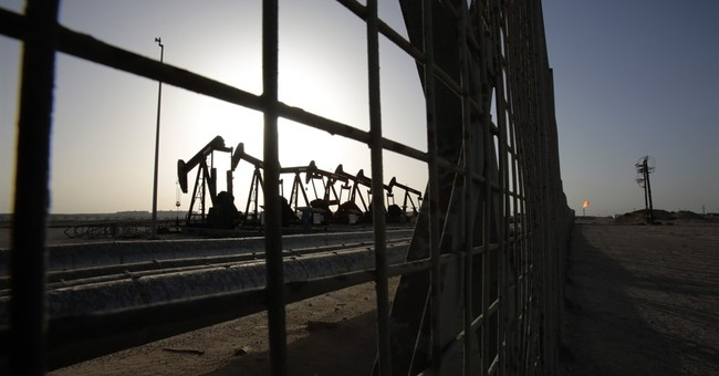 Crude oil tumbles 8 pct, points to low gas prices this fall