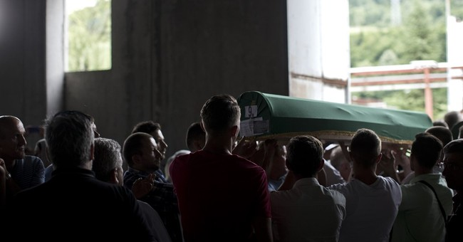 Bosnian Muslims pay tribute to Srebrenica victims