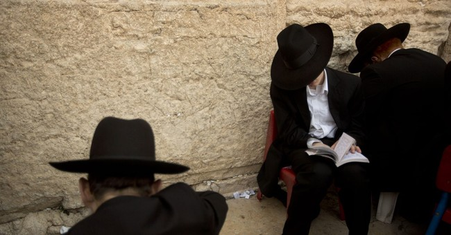 Israeli police enter Jerusalem holy site, block Arab youths