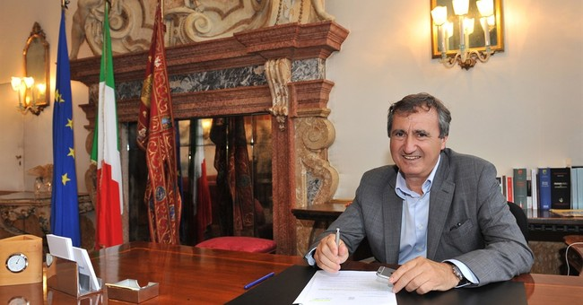 Elton John takes on Venice mayor over removal of books