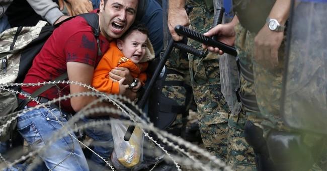 AP PHOTOS: Police, migrants clash at Greece-Macedonia border