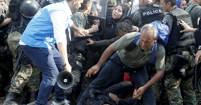 Migrants clash with Macedonian police on border with Greece