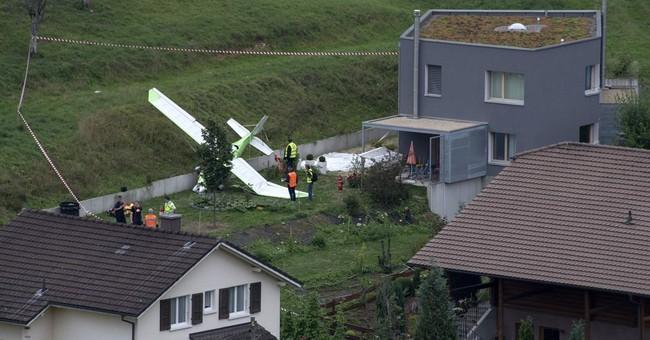 2 planes collide at Swiss airshow, killing 1 pilot