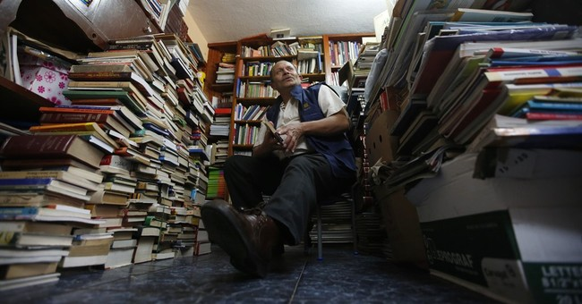 Colombian garbage collector rescues books for children