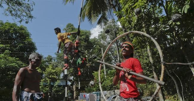 Sri Lanka fireball performers add thrills to processions