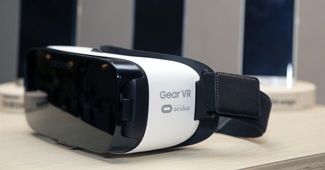 Oculus takes aim at mainstream with inexpensive gear, video