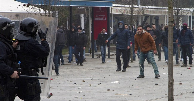 Kosovo police use tear gas to clear anti-gov't protesters
