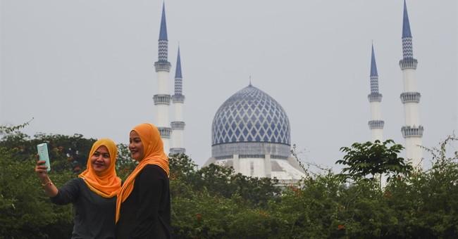 Smog-shrouded Malaysia shuts schools for 2 days