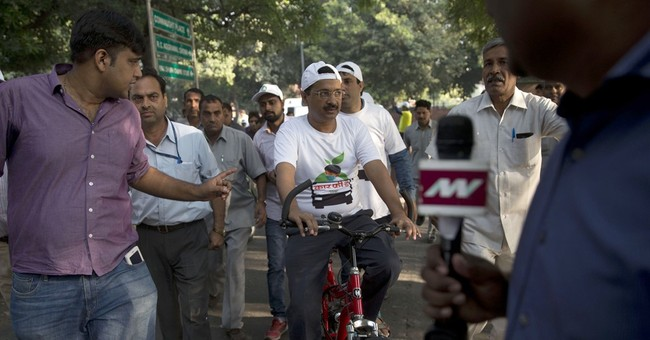 Major road in heavily polluted New Delhi briefly car-free