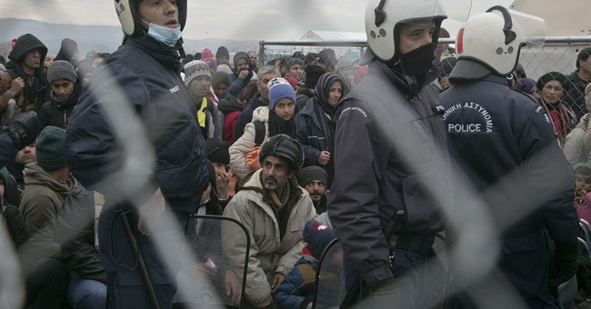The Latest: 2,000 refugees cross Greek-Macedonian border