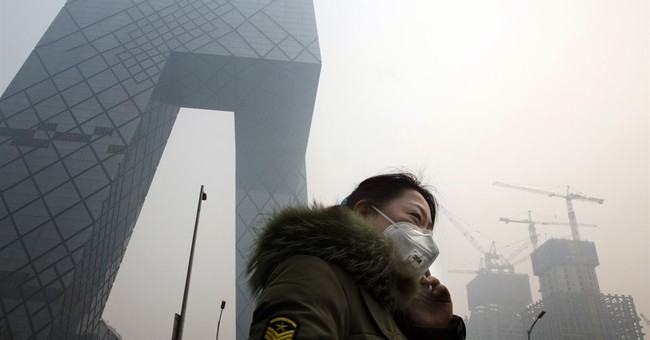 Severe smog hovers over Beijing on Day 2 of red alert