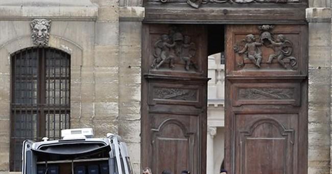 Car rams entrance at Paris' Invalides; driver arrested