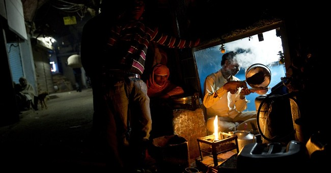 Image of Asia: Making the morning tea for Delhi's laborers