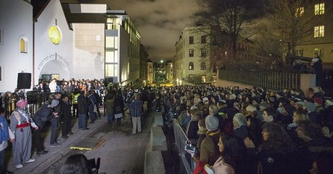 1,000 join Muslim 'ring of peace' outside Oslo synagogue